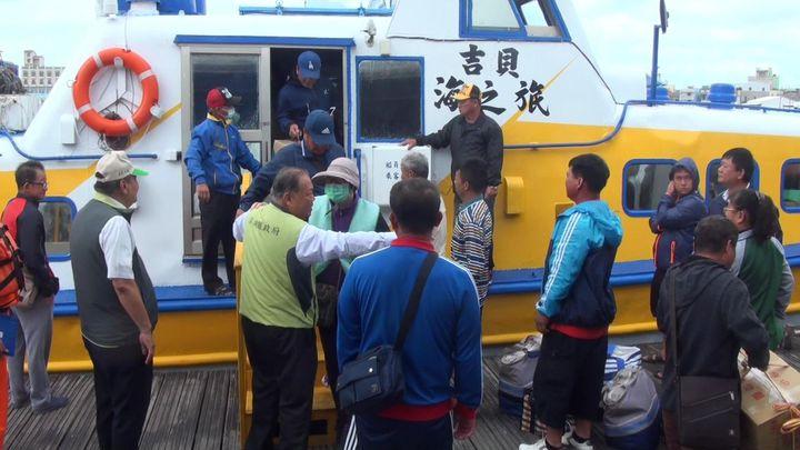 澎湖不比台灣,很多地方開車不能到,只能搭船拚拜票。記者王昭月/攝影