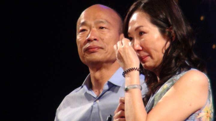 李佳芬說,她到市場看到許多人說,日子過得很苦,她心中十分不捨。談起這一段韓國瑜心中別有感觸,眼中含淚,李佳芬更是熱流盈眶,兩人都對在高雄能打出一場漂亮的戰,感觸特別深。記者謝梅芬/攝影