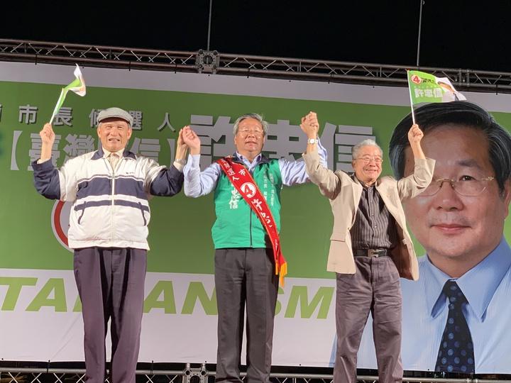 無黨籍台南市長候選人許忠信(中)今晚選情之夜,有前國防部長蔡明憲(左)和前駐瑞士大使王世榕站台力挺。記者吳淑玲/攝影