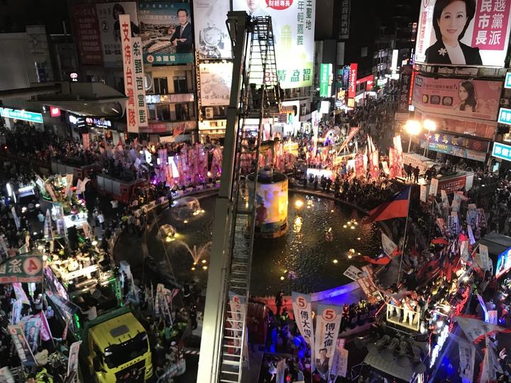 嘉義市文化圓環今晚湧入2萬人為支持的候選人加油。記者姜宜菁/攝影