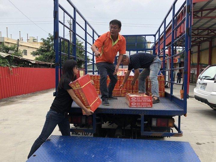 許文萍(左)長期結合慈善團體關懷弱勢家庭和學生。照片/許文萍提供