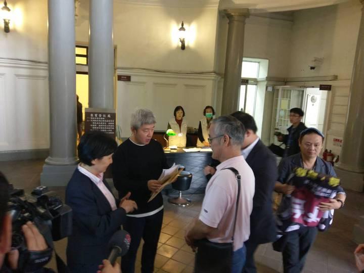 民團向監委楊芳玲(左)遞糾舉函,要求監委積極調查中選會在處理公投案過程是否違法失職。記者徐偉真/攝影