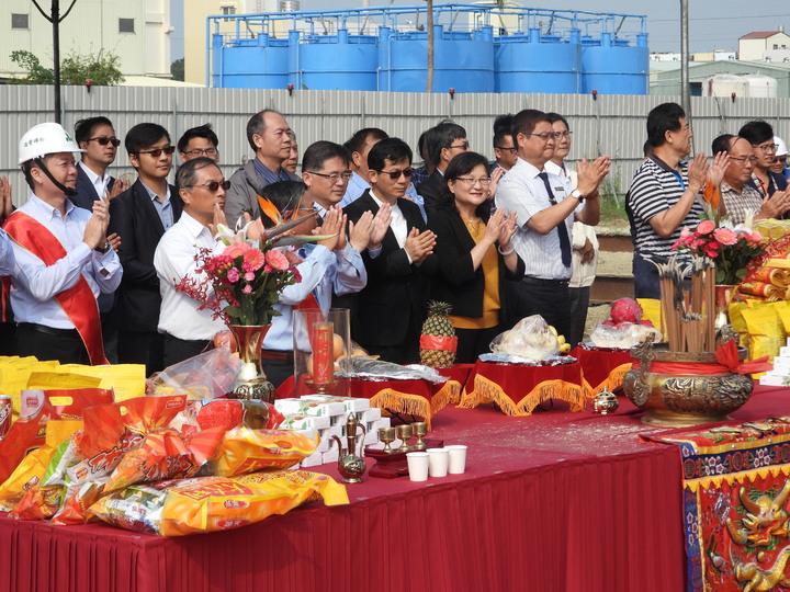 瓜瓜園新廠上梁,台南代理市長李孟諺廠方主管一同祝禱。記者周宗禎/攝影