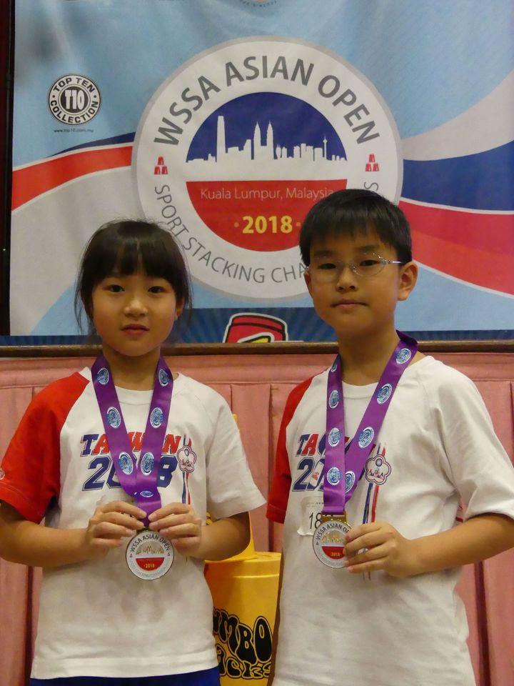 張瑜庭(左)和廖修禕(右)搭檔勇奪10歲以下雙人組金牌。圖/中華競技疊杯運動推廣協會提供
