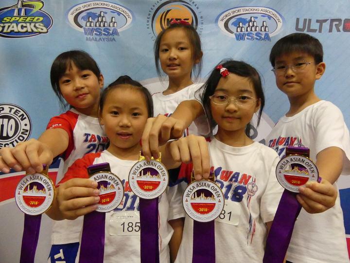 台灣在馬來西亞參加2018競技疊杯亞錦賽的第一面金牌,便打破世界紀錄。圖/中華競技疊杯運動推廣協會提供