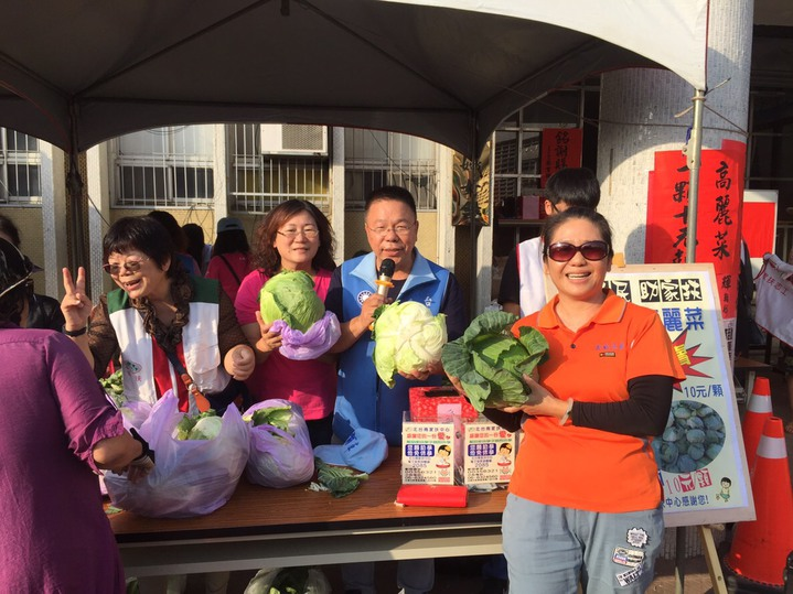 台南市議員蔡育輝(右二)義賣高麗菜一顆10元。記者吳淑玲/翻攝