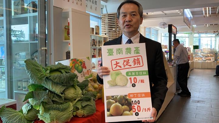 台南市農業局代理局長李建裕表示,便宜高麗菜要把握機會,下周可能就會回升。記者吳淑玲/攝影
