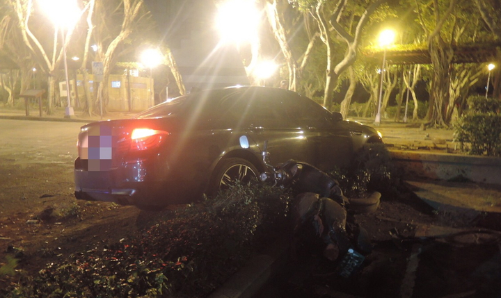 吳姓男子今天凌晨2時許,駕駛BMW轎車行經板橋區廣權路時,疑似車速過快,失控直衝撞進路邊廣福公園大門內,整輛車車頭幾乎完全變形,酒測值為0.82毫克,警方依法送辦。記者王長鼎/翻攝