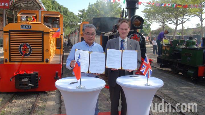 台糖董事長黃育徵( 左)與英國W&LLR公司秘書長麥瑞禮(右) 代表簽署姊妹鐵道合作備忘錄。記者魯永明/攝影