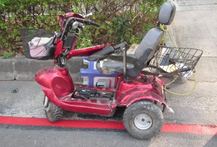 高市小港區漢民路樂利路口昨下午近2點發生,醫療電動代步車與大貨車交通事故。記者劉星君/翻攝
