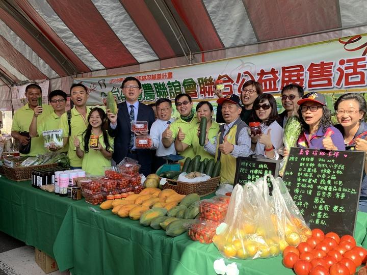 農委會副主委李退之(左五)出席台南西港胡麻節,並為台南青農加油打氣。記者吳淑玲/攝影