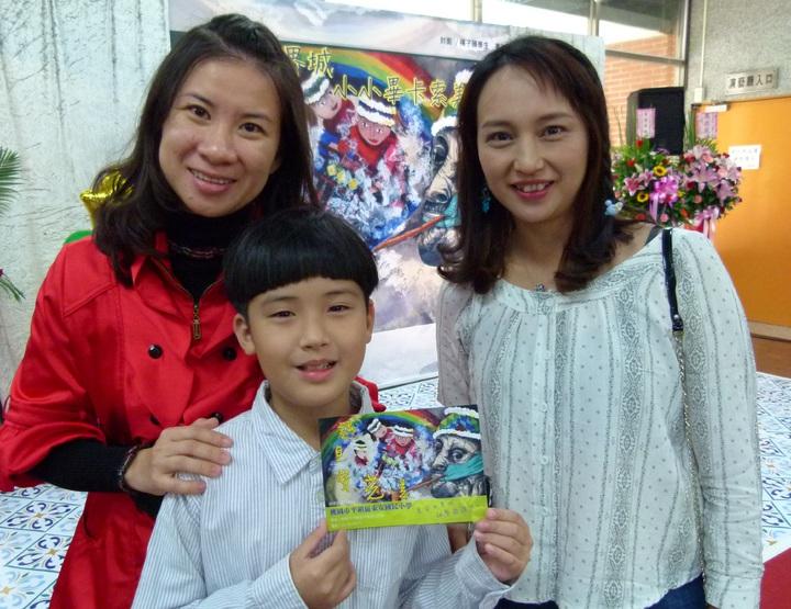 楊子頤(中)的老師(左)、母親(右)為他感到驕傲。記者鄭國樑/攝影