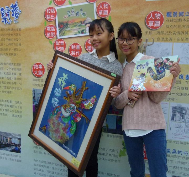 雙胞胎姊妹黃美金、黃美娟作品表現出色,美金以後想當設計師,美娟投入動畫創作。記者鄭國樑/攝影