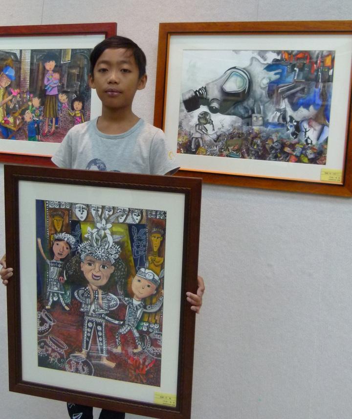 高敔只有四年級,作品(前、右)表現對環境、文化豐富的觀察力也更顯內涵。記者鄭國樑/攝影