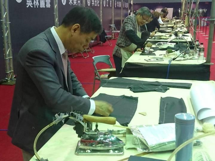 宜蘭縣政府今天在縣立體育館舉辦手工西服達人大賽,來自全國手工西服縫製的現職從業人員,且從事手工服裝設計工作的資歷均達30至40年的多名老師傅同台競技。記者羅建旺/攝影