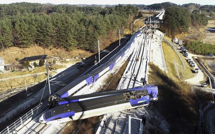 南韓8日早上發生一班開往首爾的高鐵列車 (KTX)在駛出江陵站後不到5分鐘就發生出軌事故,司機與乘客共14人受傷。南韓鐵道公社代表懷疑事故原因可能出在溫度驟降,但仍需進一步調查。美聯社