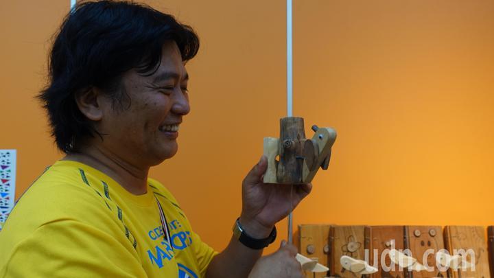 林園國小樂齡學堂長輩們製做啄木鳥門鈴,龔琮勝示範操作,一邊拉線,會發出「叩、叩、叩」聲響,木頭材質不同,發出的聲音也有所不同,啄木鳥作品成了來參觀的小朋友的最愛。記者劉星君/攝影