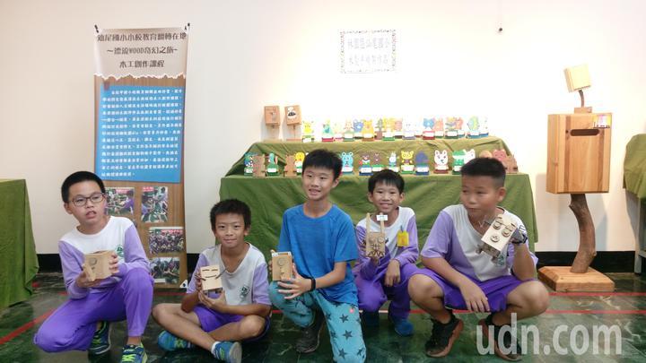 高市林園區汕尾國小學童們展示他們的木創作品。記者劉星君/攝影