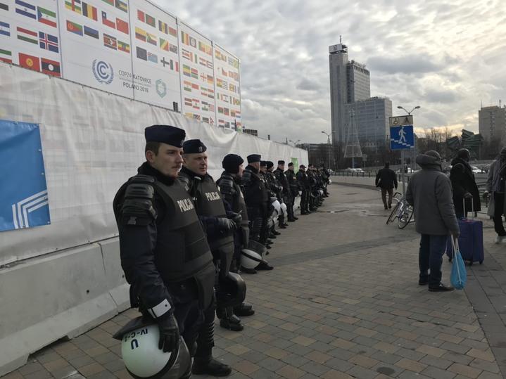 聯合國氣候變化綱要公約第24次締約方會議(COP24)在波蘭卡托維茲舉辦,上千名環保人士今天到當地市中心大遊行,峰會現場有大批警力。圖/讀者提供