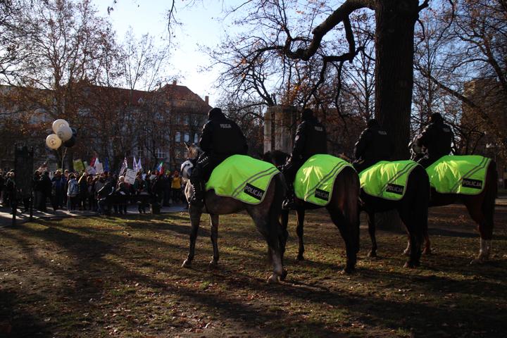 聯合國氣候變化綱要公約第24次締約方會議(COP24)在波蘭卡托維茲舉辦,上千名環保人士今天到當地市中心大遊行,波蘭騎警對峙。記者吳姿賢/攝影