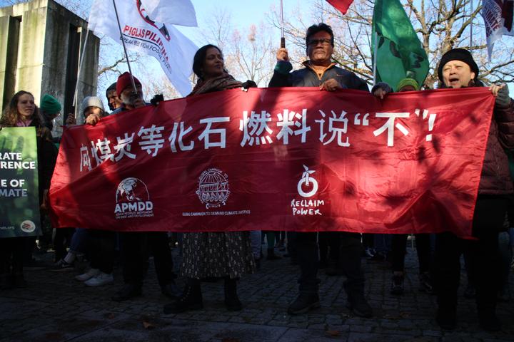 聯合國氣候變化綱要公約第24次締約方會議(COP24)在波蘭卡托維茲舉辦,上千名環保人士今天到當地市中心遊行,有團體高舉中文標語「向煤炭等化石燃料說不」。記者吳姿賢/攝影