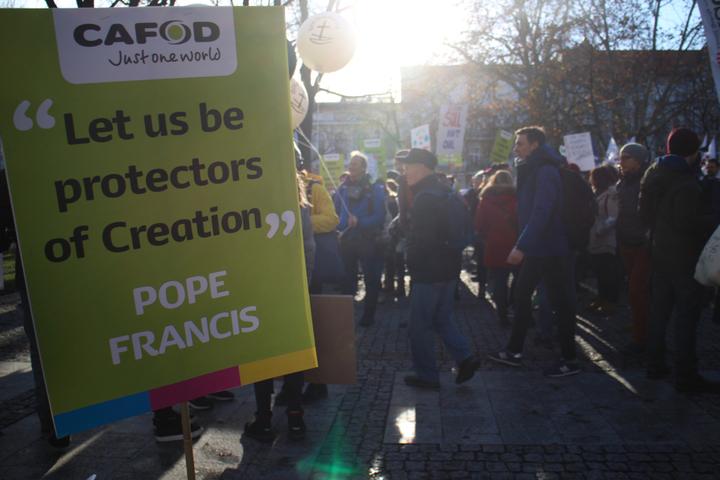 聯合國氣候變化綱要公約第24次締約方會議(COP24)在波蘭卡托維茲舉辦,上千名環保人士今到當地市中心遊行,呼籲各國減少燃煤。記者吳姿賢/攝影
