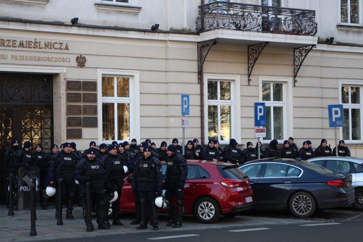 聯合國氣候變化綱要公約第24次締約方會議(COP24)在波蘭卡托維茲舉辦,上千名環保人士今天到當地市中心大遊行,每個街角都有大批警力對峙。記者吳姿賢/攝影