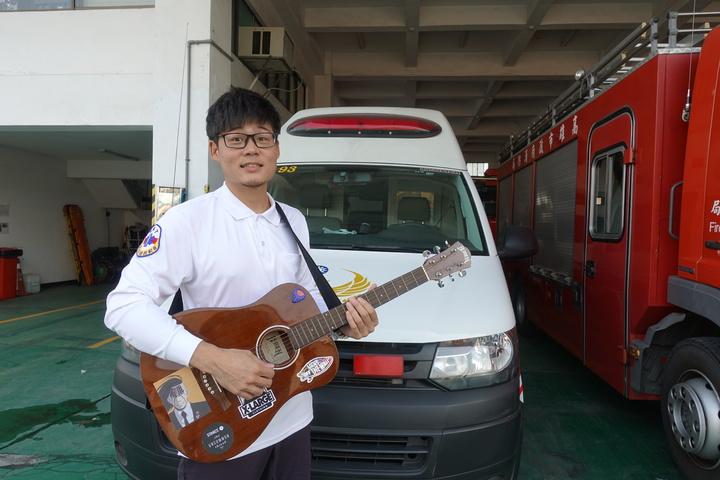 高市消防局新莊分隊陳柏瑞曾是樂團鼓手,將近一年跑救護日常,創作歌曲「救急青眼白龍」,希望透過歌曲傳達給民眾正確使用救護車觀念。記者劉星君/攝影