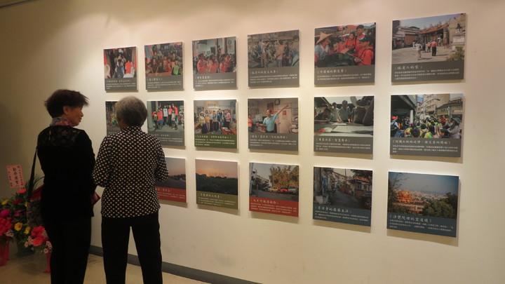「 勤勞樸實─馮恭生命意境展」在苗栗縣政府文化觀光局中興畫廊展出到12月25日,吸引民眾駐足。記者范榮達/攝影