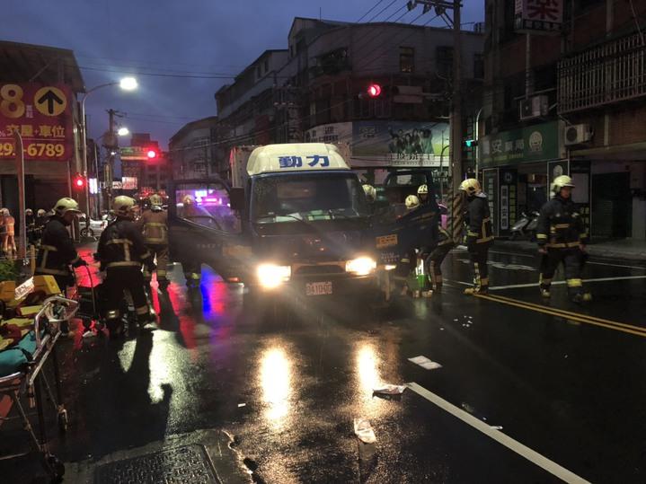 送報貨車撞倒行人,消防隊正在營救。記者林昭彰/翻攝