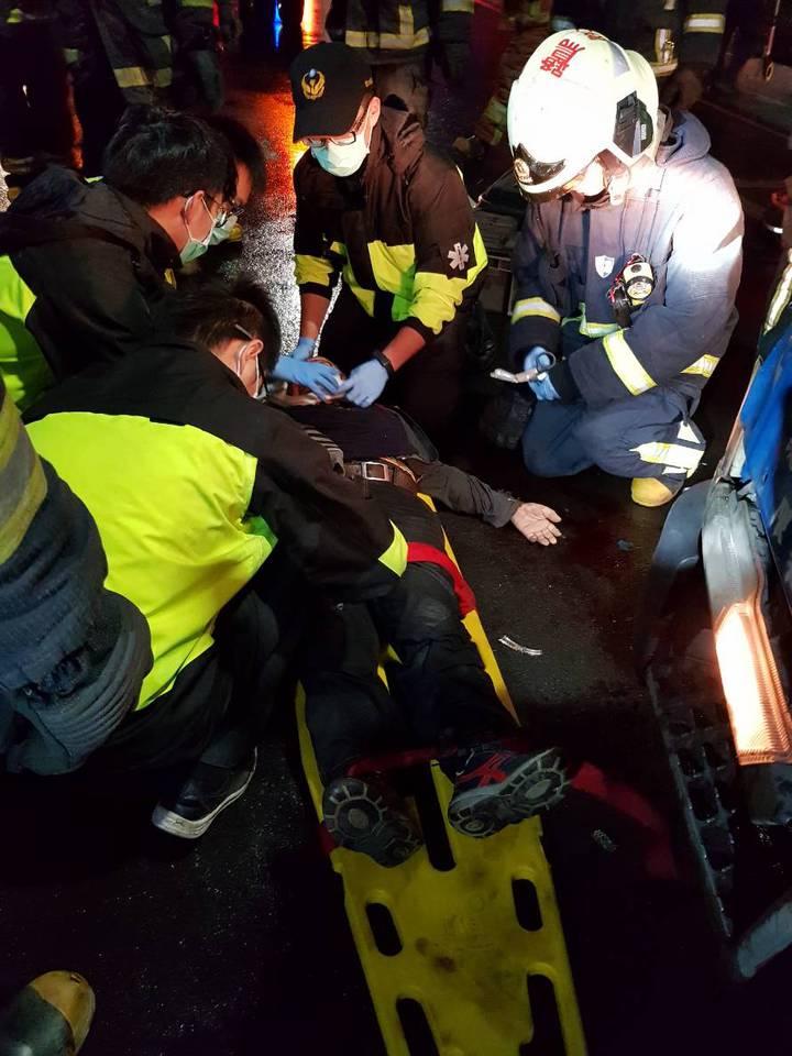 老翁受困車底,救出時已無生命跡象。記者林昭彰/翻攝