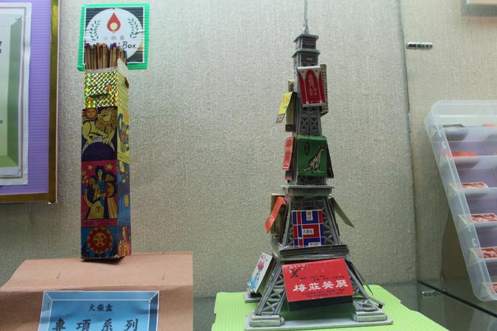 孟繁興將火柴盒排成塔狀。記者張雅婷/攝影