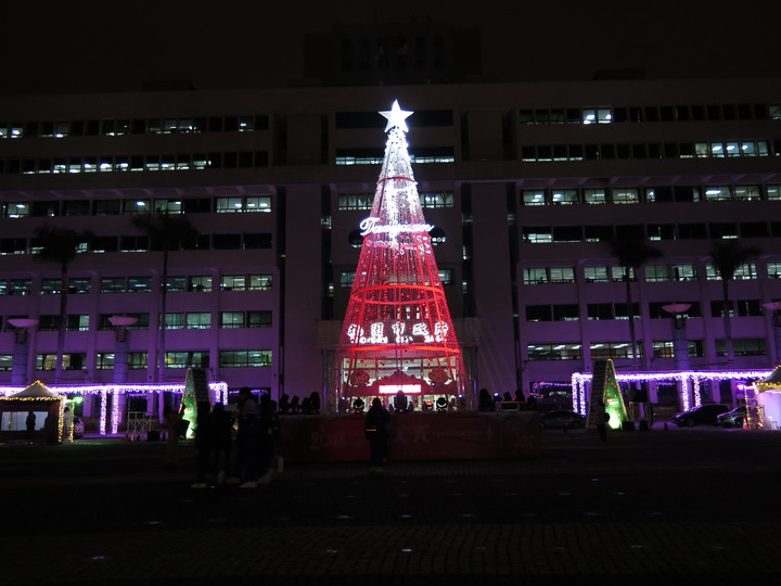 桃園市政府在府前廣場架起10公尺高耶誕樹,每半小時還有一次燈光投影秀,搭配音樂,聲光效果十足。記者張裕珍/攝影