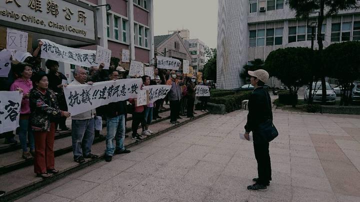 近百名民雄鄉親,今天到民雄鄉公所抗議。圖/讀者提供
