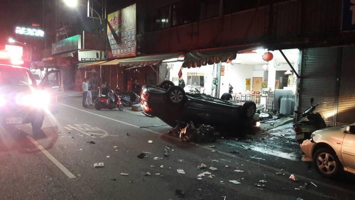 嘉義市興達路和博愛路口今天凌晨發稱死亡車禍,轎車撞擊後翻覆,轎車零件散一地。記者姜宜菁/翻攝