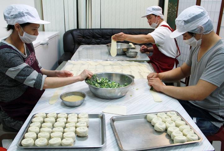 近日天寒,老闆李致穎在店裡提供愛心早餐,只要家庭生活有困難者,家長及小朋友都都可免費來拿。記者游明煌/翻攝
