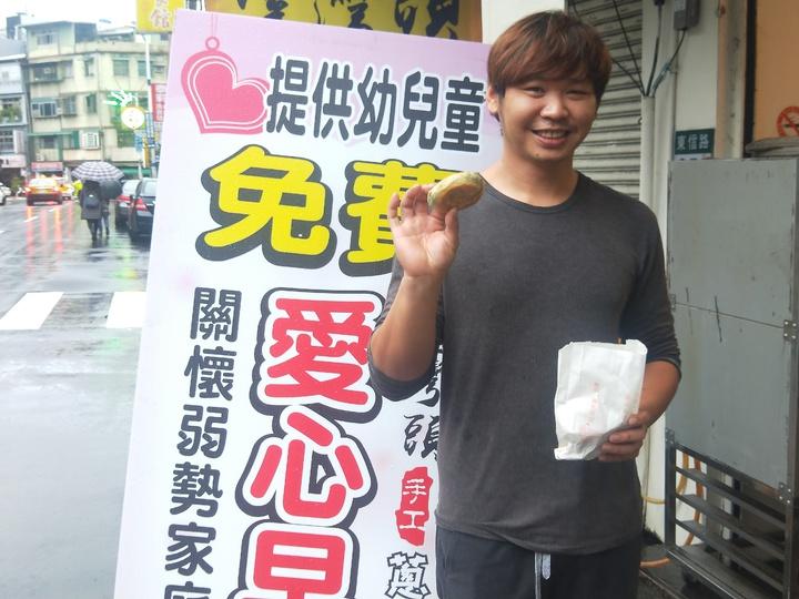 近日天寒,老闆李致穎在店裡提供愛心早餐,只要家庭生活有困難者,家長及小朋友都都可免費來拿。記者游明煌/攝影