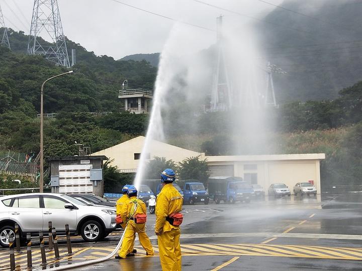 台電公司核能二廠兩部機組進行緊急計畫年度演習,共演練5小時,模擬核電廠面對多重極端天災時,受到突如其來的地震及引發的海嘯的威脅,核二各單位應變小組緊急因應。記者游明煌/攝影