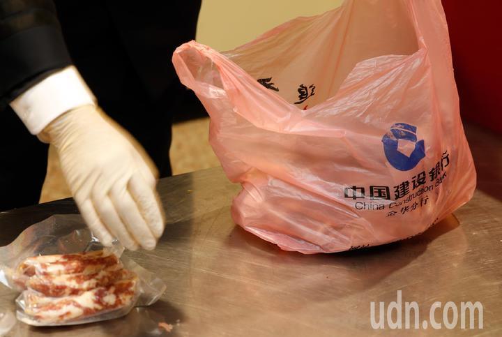關務署台北關中午查獲旅客夾帶3.6公斤大陸來的香腸闖關。記者鄭超文/攝影