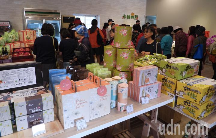 台南永康農會代銷全台各農漁會產品,今天實體館開幕大批民眾參觀購買。記者周宗禎/攝影