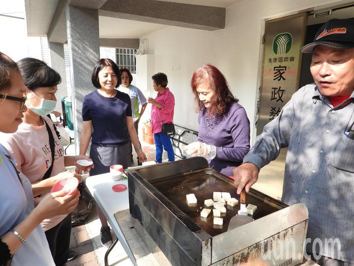 台南永康農會代銷全台各農漁會產品,今天實體館開幕辦試吃活動促銷。記者周宗禎/攝影