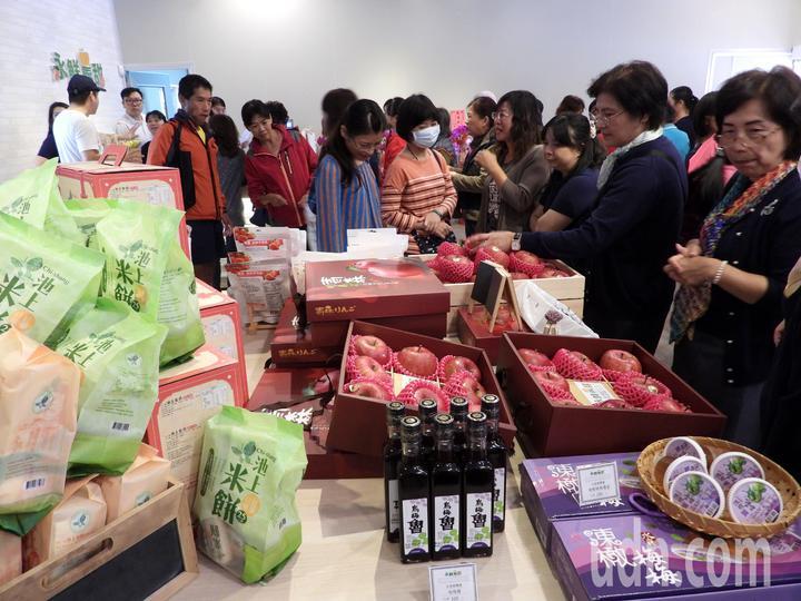 台南永康農會代銷全台各農漁會產品,今天實體館開幕,參觀購買人潮多。記者周宗禎/攝影
