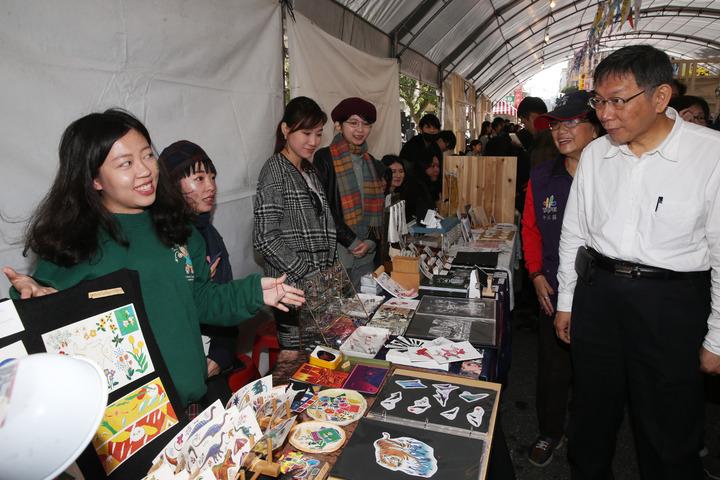 台北市長柯文哲上午出席牯嶺街書香創意市集,受到攤商及逛街民眾的熱烈歡迎。攝影/記者林俊良