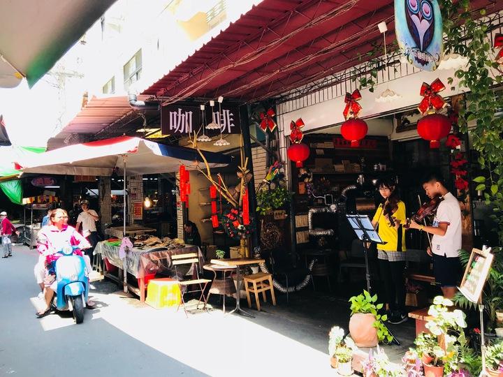 隱身於東港第一市場巷弄內的房角石咖啡美學苑,每到假日就會不定時舉辦小提琴演奏會。記者蔣繼平/攝影