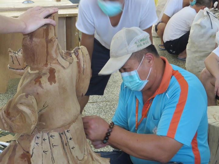 國姓村長林信安是木雕高手,每周都到監獄指導收容人木雕。記者卜敏正/攝影