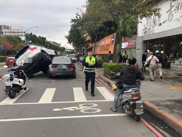 白色VOLVO騎上賓士車。記者袁志豪/翻攝