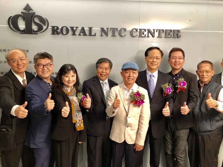 皇家NTC商務中心由董事長王崑霖(左五)等人主持揭牌。記者宋健生/攝影