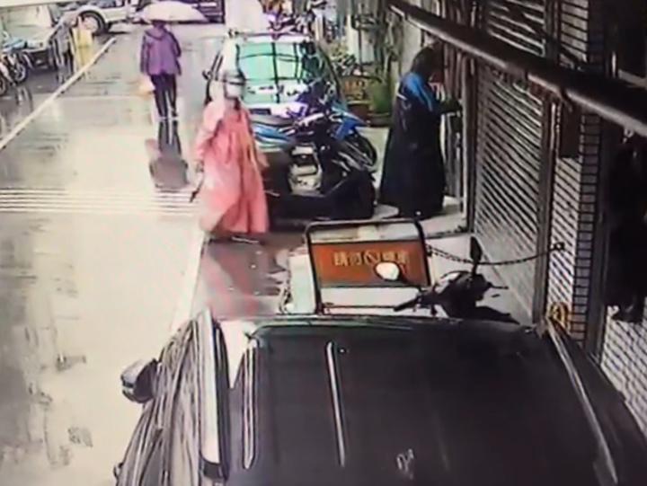 雨衣雙煞疑似持萬用鑰匙闖入民宅,完全沒有破壞鎖頭的痕跡。記者巫鴻瑋/翻攝