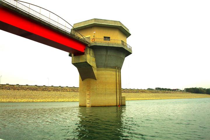 寶二水庫的特色在於是直立式分層取水塔,塔高約58公尺,是國內此類型最高者。記者郭政芬/攝影