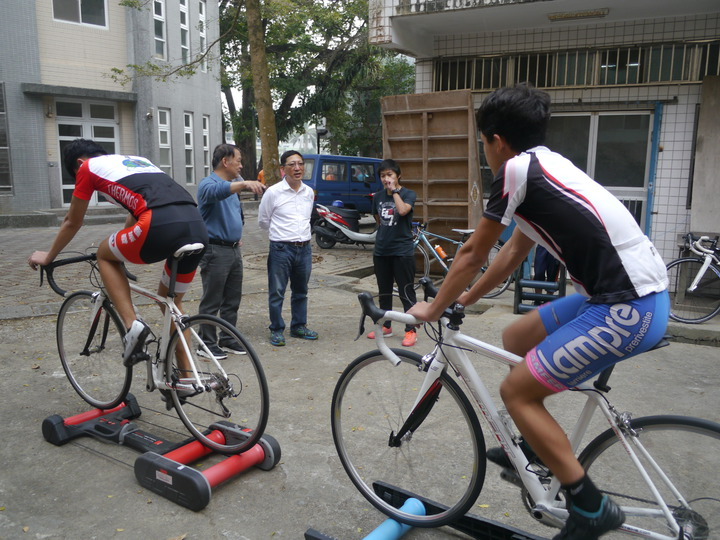 六龜高中學生練習自由車,高市教育局長吳榕峯也是單車愛好者,分享單攻武嶺的心得。記者徐白櫻/攝影
